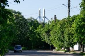 На пешеходный мост через реку Северский Донец в Изюме