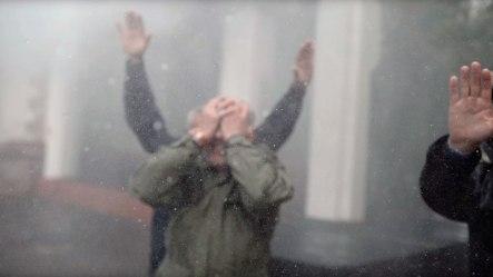 Андрей Макаревич под искусственным ливнем