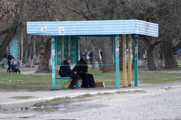 Остановка по требованию у клумбы, напротив через дорогу за кадром магазин «Бомба»