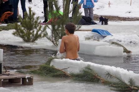 Даже дети окунаются в ледяную купель, чем закаляют свои дух и веру