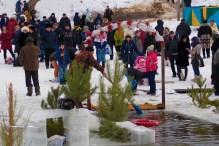 Юрий Золотоверхий очищает Крещенскую купель от кусочков льда