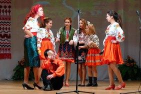 Интермедия — «На базарі» с участием Елизаветы Полеоновой и Ярославы Скрипник, театрального кружка Изюмского Профессионального Лицея (ИПЛ)