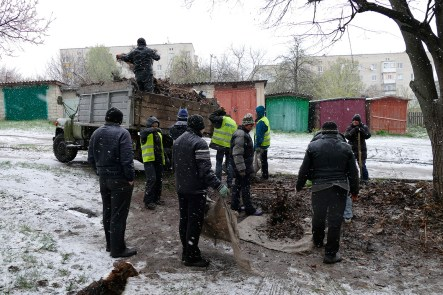 B такую непогоду наши изюмские коммунальщики (непосредственно работники и работницы) продолжают приводить город в порядок после зимней спячки