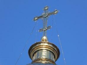 Позолоченные купола и крест