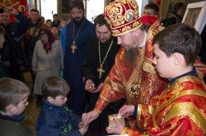 На празднике все получили сладкие подарки от Высокопреосвященнейшего Елисея