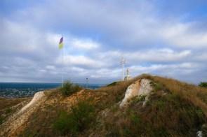 Флаг Украины и памятник Божия матерь