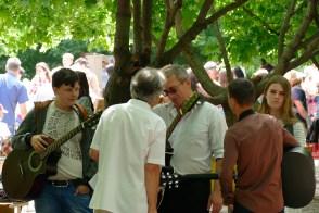 Гости праздника беседуют с Николаем Калюжным