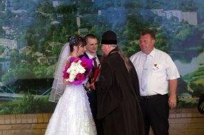 Высокопреосвященнейший Елисей архиепископ Изюмский и Купянский поздравляет молодоженов