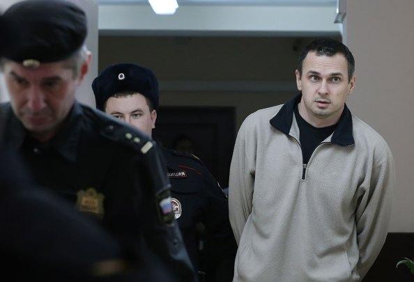 В мае 2014 ФСБ арестовало Сенцова, обвинило его в планировании терактов и вывезло в Москву