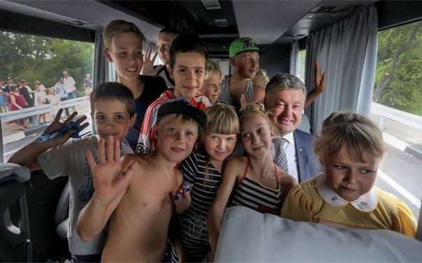 Петр Порошенко прокатился вместе с детьми на автобусе