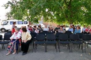 Зрители изюмчане постепенно заполоняют импровизированный концертный «зал» в Терцентре Изюма