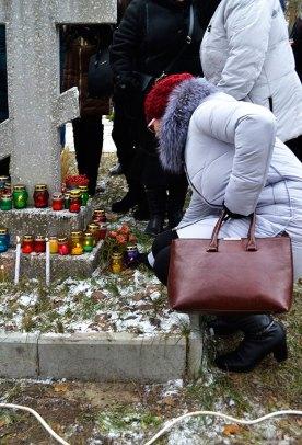 После окончания заупокойной литии присутствующие возложили лампады и цветы к памятному Кресту