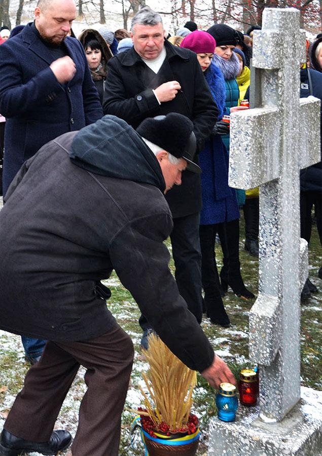 На траурной церемонии присутствовали руководители города, духовенство Изюма, общественные организации и местные жители