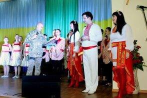 Офицер командования воинской части вручает Благодарность