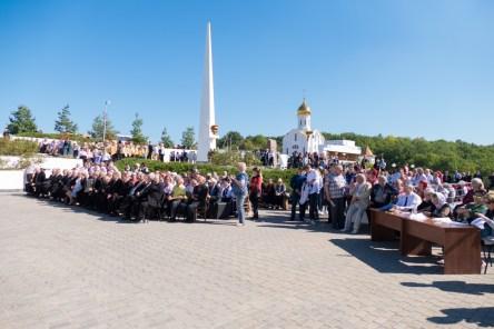 Зрители гала-концерта на Национальном мемориальном комплексе «Высота маршала И. С. Конева»