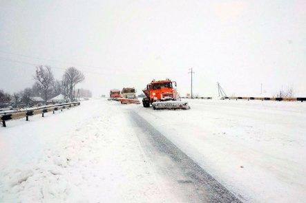 Очистка от снега автомобильной трассы в районе Изюма