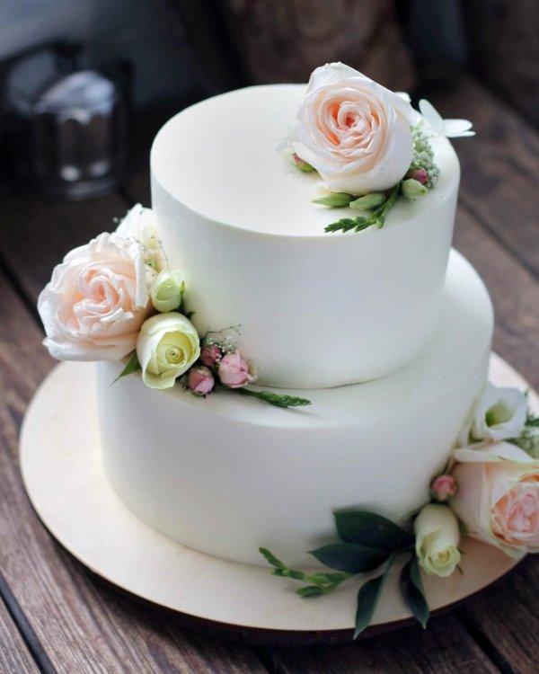Белые свадебные торты с цветами (59 фото)