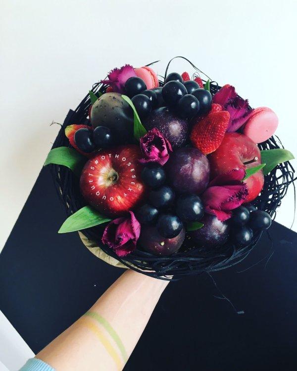 Букеты из цветов и ягод (56 фото)