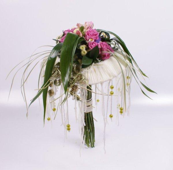 Каркасные букеты из живых цветов (57 фото)