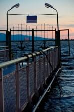 El embarcadero a punto de ser presa de las aguas - The pier about to be engulfed by the waters