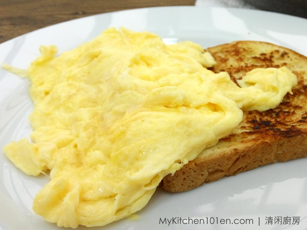 Scrambled Eggs with Garlic Bread