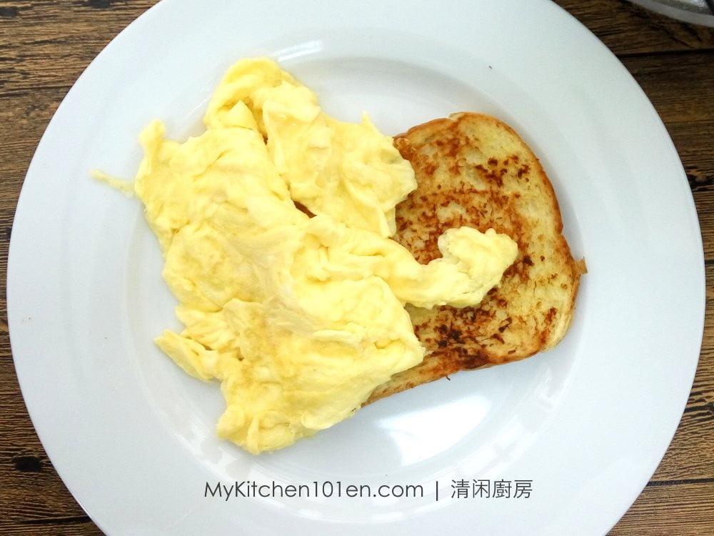 Scrambled Eggs with Garlic Bread