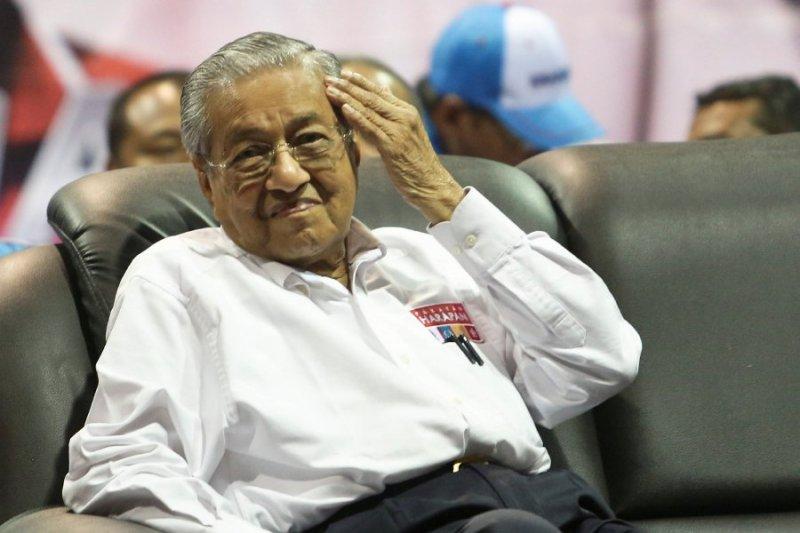 Mahathir suruh suntik dulu rakyat, daftar kemudian
