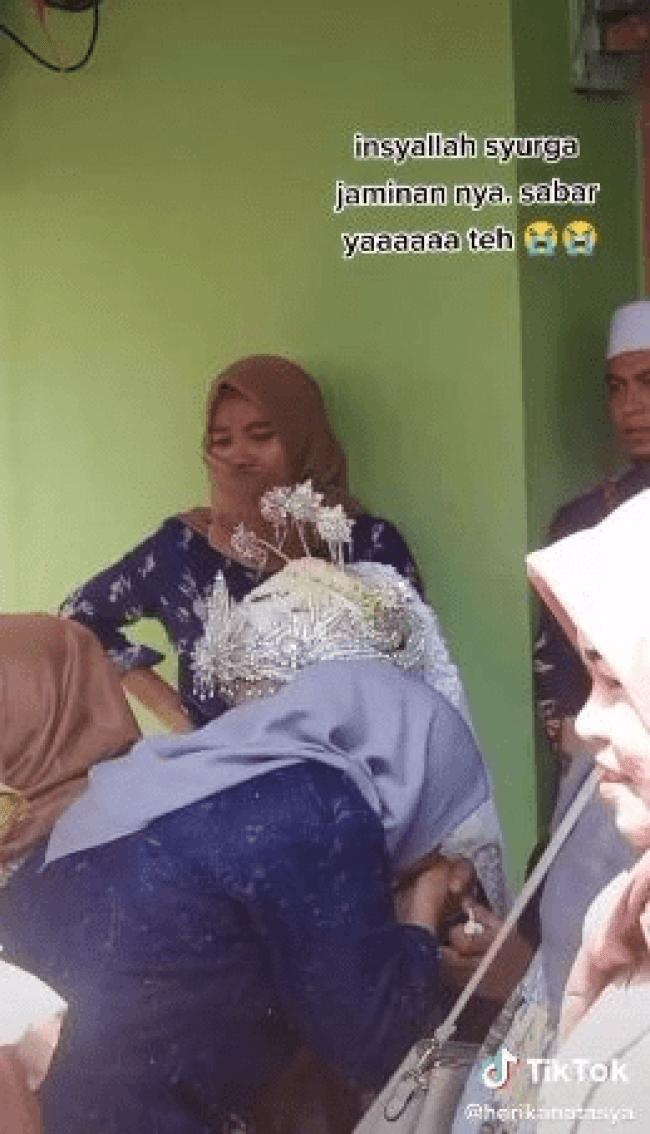 Isteri Pertama Menangis Melihat Suami Bersama Madu Di Majlis Persandingan Mereka [VIDEO]