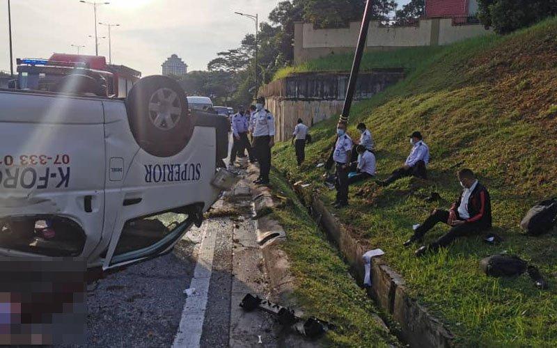 2 maut, 3 parah selepas van bawa pengawal keselamatan terbalik