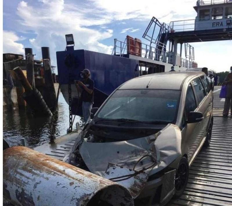Kereta dihempap cerucuk besi ketika menuruni feri, dua nyaris maut