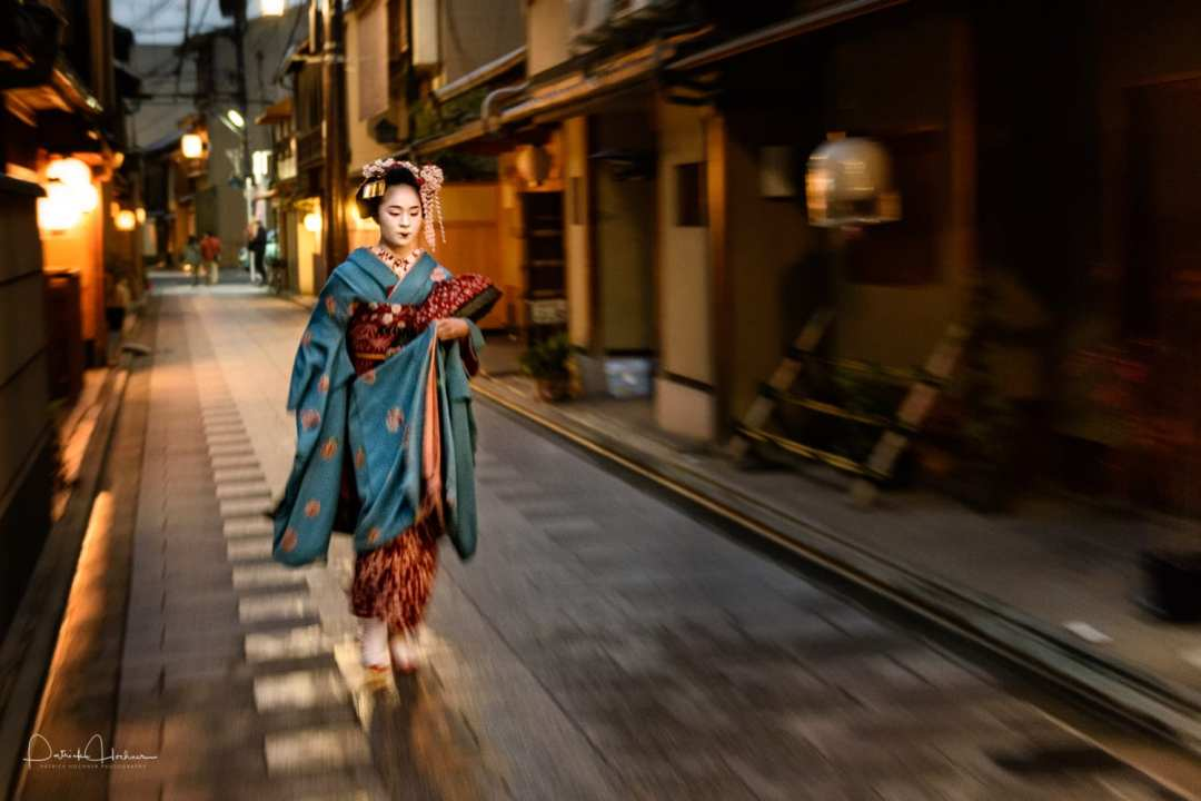 Maiko Fumiyoshi walking through the night, Miyagawa-Cho, Kyoto