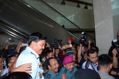 Kegembiraan luar biasa dari alumni Akabri 86, dengan spontan mengangkat Hadi menjelang turun eskalator. Foto: beny adrian