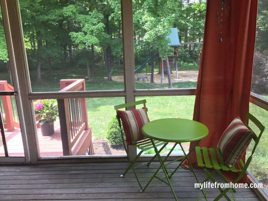 Screened in porch by www.whitecottagehomeandliving.com