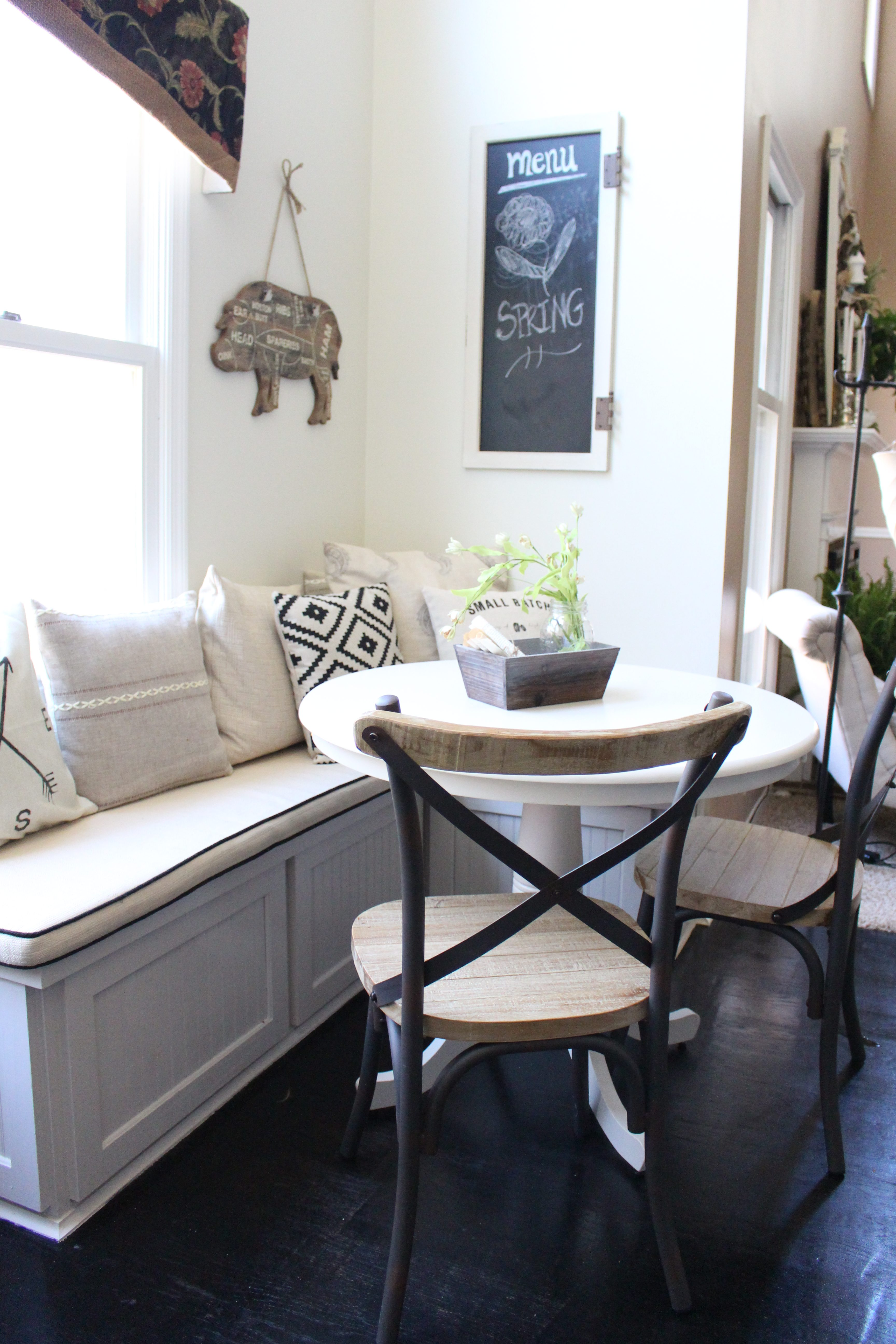 Kitchen Nook by www.whitecottagehomeandliving.com