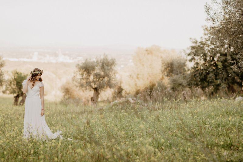 Novia inmersa en el campo