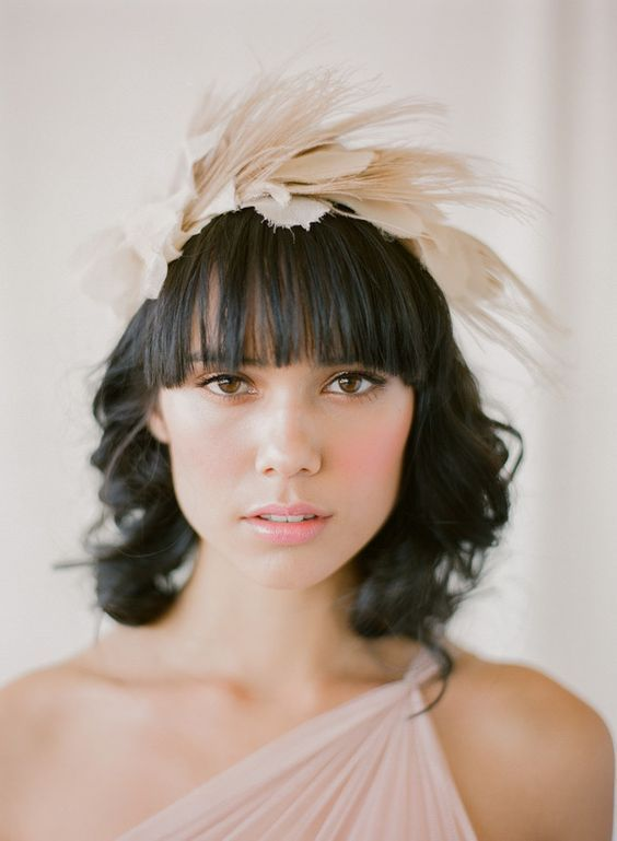 Peinado con flequillo y tocado para novia