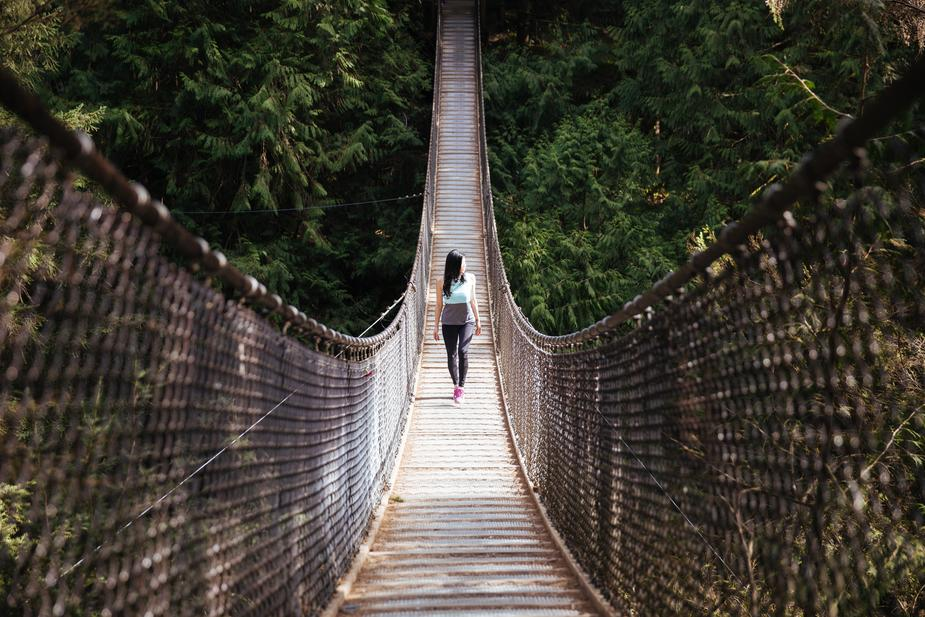 woman walks bridge Vacances : Ces sites qui allient exception et proximité