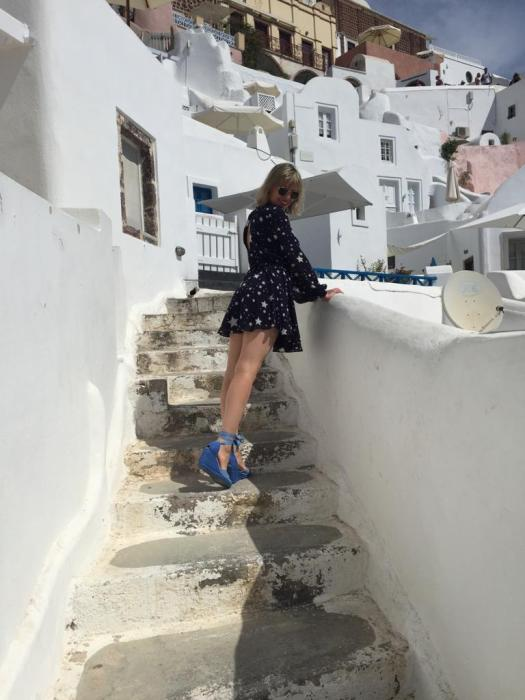 Alba Marina Otero fashion blogger from Mylovelypeople blog shares with you how to be comfortable and cute with this great dress full of star paired with these amazing spadrilles wedges in Santorini