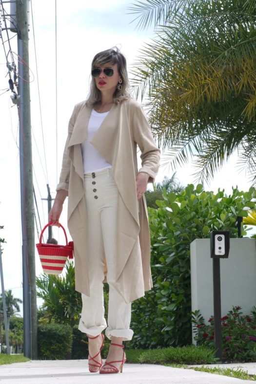 Alba Marina Otero fashion blogger from Mylovelypeople blog shares with you how to combine a trench coat and naked sandals with a raffia basket and statements earrings as accessories