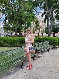 Alba Marina Otero fashion blogger from Mylovelypeople blog shares with you how to combine a flower wrap dress to make tourism in a hot day during her last trip to Cuba, combine it with red block sandals, a coach bag and golden accesories. She also shares with you a little bit of history about Vidal Park which is located in Santa Clara city.