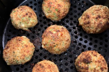Cheesy Broccoli Air Fryer Croquettes in an air fryer basket