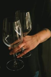 wijnglazen in hand