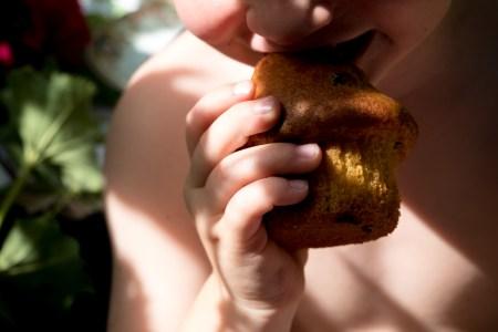 kind met cupcake