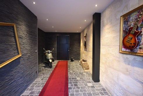 L'entrée par garage dans votre maison de prestige à Bordeaux