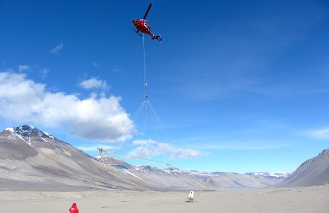 Οι ερευνητές μετέφεραν έναν ηλεκτρομαγνητικό αισθητήρα με ελικόπτερο, για να δημιουργήσουν ένα ηλεκτρομαγνητικό πεδίο που τους έδωσε εικόνα για το υπέδαφος της Ξηρής Κοιλάδας