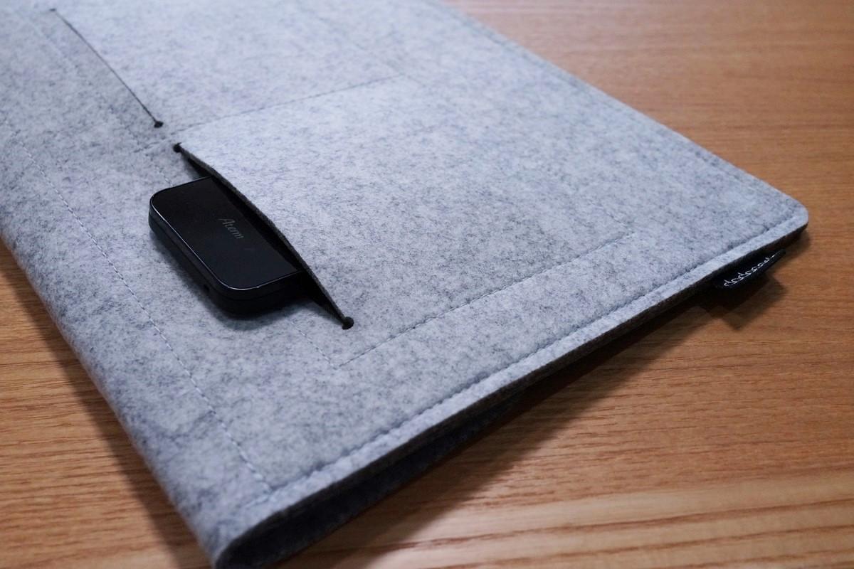 dodocool MacBook用 12インチフェルト素材のソフトケースレビュー 背後のポケットの形状参考写真