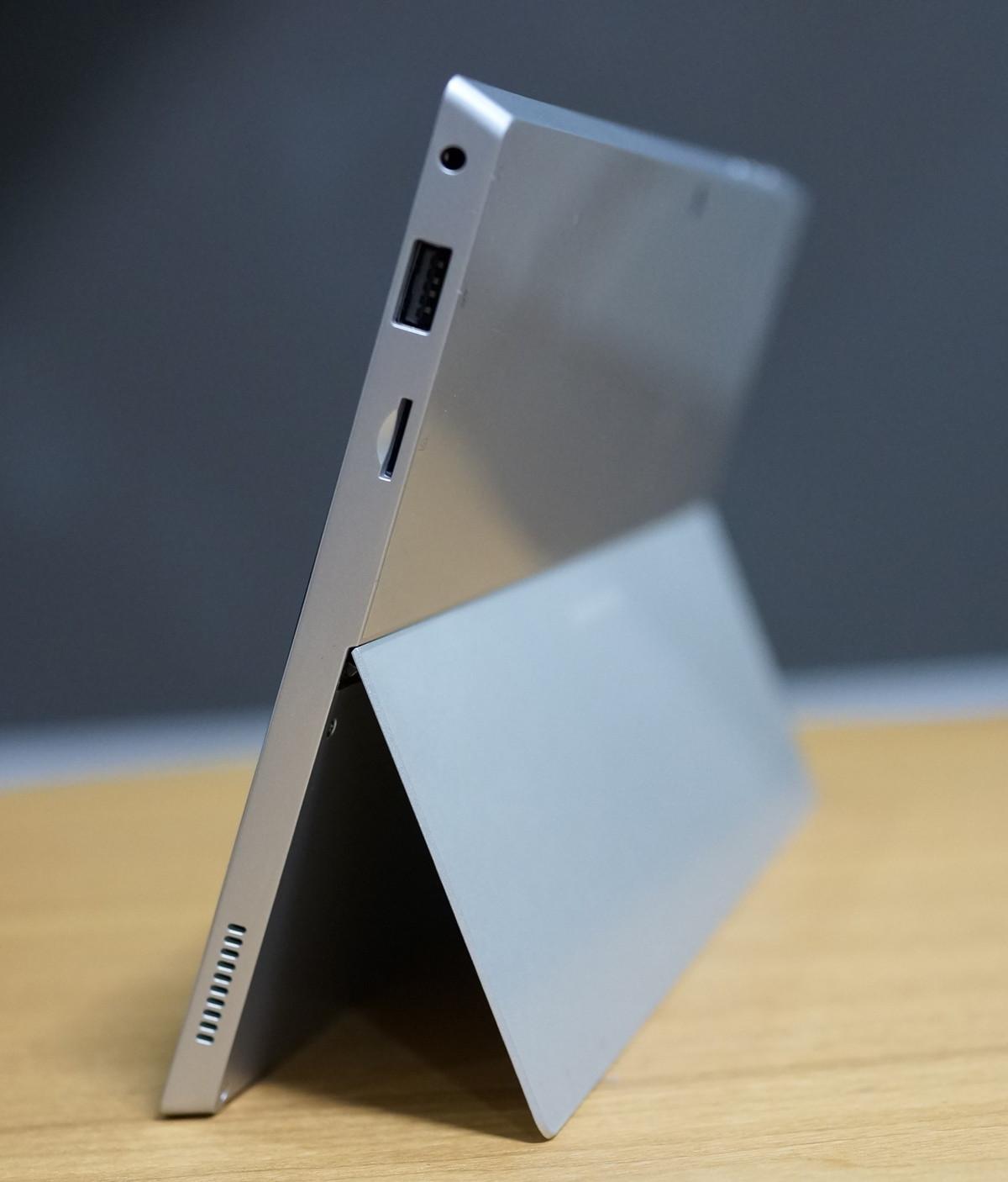 Jumper EZpad 5SE Tablet PC 実機レビュー 右側から見たところの参考画像 キックスタンド浅めで立てています