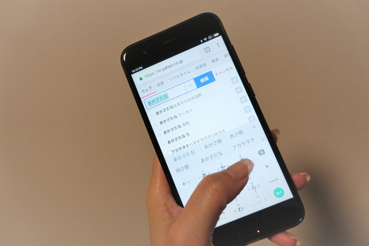 Xiaomi Mi 6 レビュー 片手で女性が持った場合のサイズ感の説明参考画像
