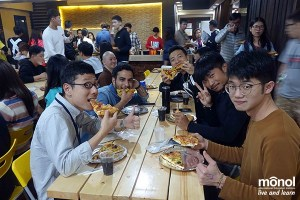 students-eating-pizza-dining-hall