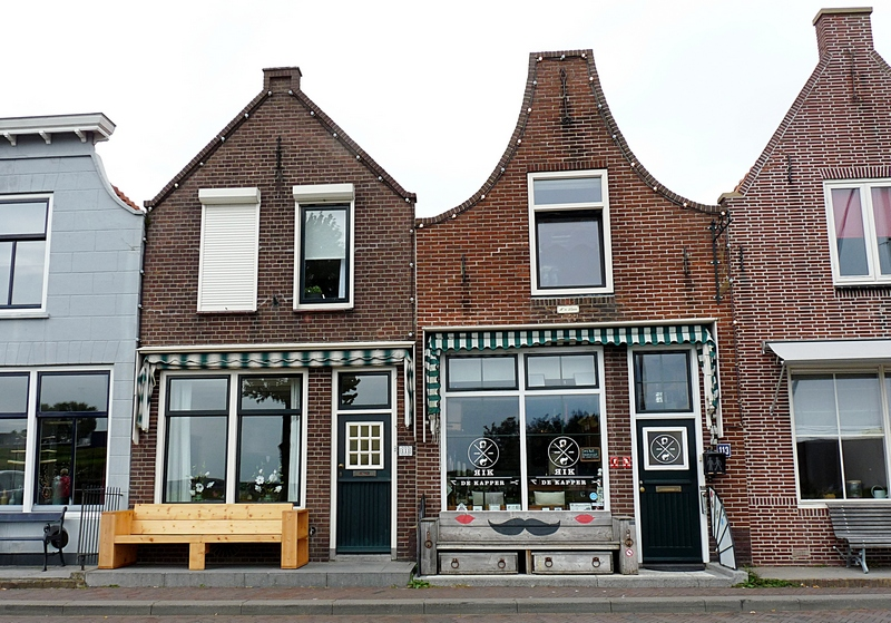 11_vor jedem Haus in Zierikzee steht eine hübsche Sitzbank